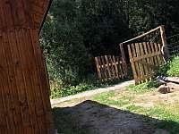 Příjezdová cesta k chatě - k pronájmu Potůčník