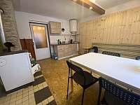 Kuchyně ve spodním patře chaty. - ubytování Mezina