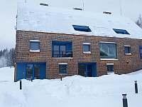 Pohled na apartmán z prostranství mezi budovami - ubytování Filipovice