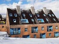 Pohled na budovu od sjezdovky - apartmán ubytování Filipovice