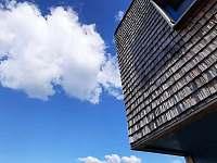 Šindelové opláštění budovy - apartmán k pronájmu Filipovice