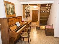 vstupní chodba s klavírem