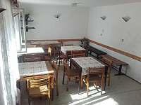 jídelna vedle místnosti s cihlovou klenbou - pronájem chalupy Vápenná