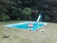 malý bazén s hl. 0,5m - chalupa k pronájmu Vápenná