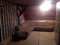 prostor v podkroví na chodbě - chalupa k pronájmu Vápenná