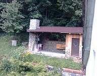 dvorek s přístřešekem a  grilem