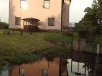 Krásný splav a potok přímo u domu