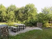 venkovní posezení+gril+ohniště - chata ubytování Branná