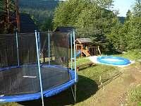 V letní sezoně trampolína o průměru 4,5m a bazén