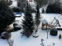 zimní pohled na zahradu - Václavov u Bruntálu