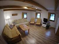 obývací pokoj s TV - chalupa k pronajmutí Lipová-lázně
