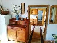 chodba-pohled přes kuchyň do koupelny a WC - chalupa k pronájmu Karlovice - Zadní Ves