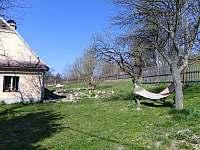 zahrada - chalupa ubytování Karlovice - Zadní Ves