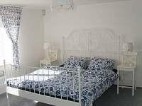 Modrá ložnice - průchozí do sovičkového a šedého pokoje
