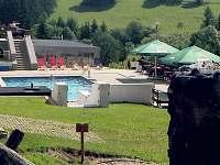 nedaleký bazén s vyhřívanou vodou - cca 200 metrů