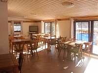 Společenská místnost - chata k pronajmutí Malá Morávka