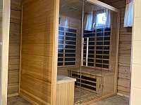 Koupelna s infrasaunou v dolním patře - chalupa k pronajmutí Velké Vrbno