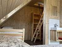 Pokoj č.1 (manželská postel, jednolůžko a výlez do podkroví) - pronájem chalupy Velké Vrbno