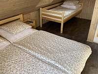 Pokoj č.1 (manželská postel, jednolůžko a výlez do podkroví) - Velké Vrbno