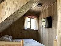 Pokoj č.2 (manželská postel, jednolůžko a výlez do podkroví) - pronájem chalupy Velké Vrbno
