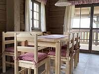 Společenská místnost s kuchyní - chalupa k pronájmu Velké Vrbno