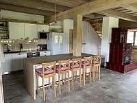 Společenská místnost s kuchyní - chalupa k pronajmutí Velké Vrbno