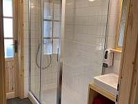 Ukázka jedné z koupelen a WC v horním patře - chalupa k pronájmu Velké Vrbno