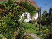 houpačka v zahradě