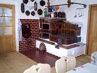 Pec v obytné kuchyni - chalupa k pronajmutí Třemešná ve Slezsku