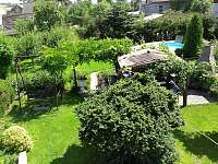 Zahrada s pergolou a bazénem - pronájem chalupy Třemešná ve Slezsku
