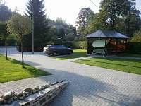 parkoviště a pergola