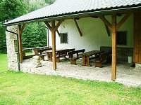 Masivní posezení na kryté terase s kamenným grilem - Malá Morava - Vlaské