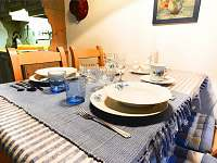 Pomněnkové apartmá - stylový pomněnkový jídelní servis - chalupa ubytování Malá Morava - Vlaské
