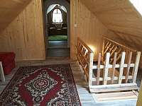 Každé schodiště má branku pro bezpečný pohyb dětí. - Štědrákova Lhota
