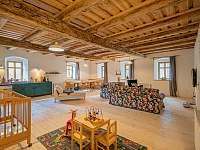 velkorysá společenská místnost - chalupa ubytování Široká Niva - Skrbovice