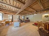 velkorysá společenská místnost - chalupa k pronájmu Široká Niva - Skrbovice