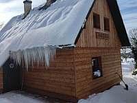 Přímo u silnice, ale v zimě slepá ulice, prohrnuje se jen k běžkařským stopám:-) - Horní Orlice