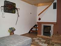Schodiště k ložnicím + krb - chata k pronájmu Horní Orlice