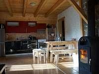 Kuchyň a jídelna - pohled z obývací části - pronájem chaty Ostružná
