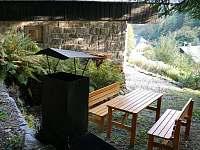 Posezení u chaty - ubytování Ostružná