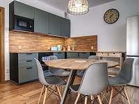 jídelní stůl - apartmán ubytování Filipovice