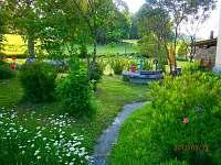 pohled do zahrady - Černá voda