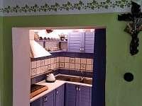 kuchyňka , indukční vařič, rychlovarná konvice, mikrovlnka, lednice, mrazák, - chalupa k pronajmutí Staré Město pod Sněžníkem