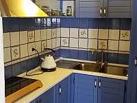 kuchyňka - indukční vařič, rychlovarná konvice, mikrovlnka, lednice, mrazák - chalupa ubytování Staré Město pod Sněžníkem