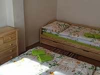Ložnice, postel se spodní přistýlkou - chalupa k pronájmu Holčovice - Spálené