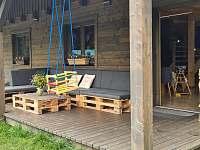 Prostorná terasa - pronájem roubenky Suchá Rudná