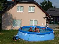 Bazén v soukromí za chalupou (4,5m).