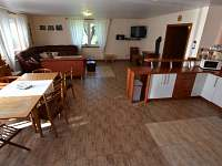 Kuchyňská část spol.místnosti - chalupa k pronájmu Staré Heřminovy