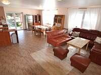 Obývací část společenské místnosti - chalupa ubytování Staré Heřminovy