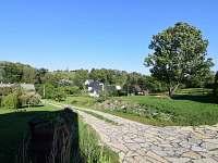 Pohled od chalupy do zahrady - k pronajmutí Staré Heřminovy